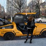 ニューヨークのタクシーカラーに塗られたイエローキャブのデロリアンDMC-12タイムマシン仕様