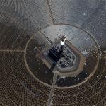広大な砂漠に建設された世界最大の大きさを誇る太陽熱発電所