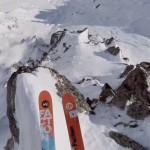 動画なのにゾワッとしてくる 岩肌が見え隠れする雪山を凄い勢いで下るスキーヤー