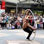 台湾の素晴らしいパフォーマー 大きなリングで回転しまくるストリートパフォーマンス