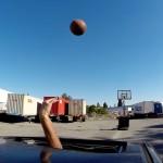 車を運転しながらバスケのドリブル さらには3ポイントシュートまで
