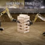 ブロックの大きさが人間ぐらいある特大ジェンガを重機でプレイ