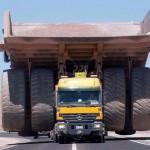 なんじゃこりゃぁ!? 超大型のダンプを運ぶ大型のトラック