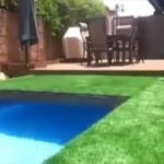 秘密基地みたいな芝生がスライドしてプールが現れる庭