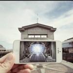 日常の世界にスマートフォンの画像を足すことで作り上げるユニークなフォトアート