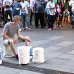 バケツを本物のドラムっぽく演奏しちゃうお兄さんによるストリートパフォーマンス