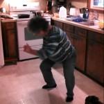 おばあちゃん、スイッチ入りました! 料理を放棄して台所でラップダンスを始めるおばあちゃん