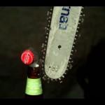 瓶ビールを開けたいけど栓抜きがない、でもチェーンソーはある! そんな時はこうやって栓を開ければOKさ