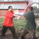 """ギャング同士の殴り合い 押された男が形勢逆転のために""""ある武器""""を使う"""