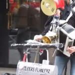 複数の楽器を使いこなしてスターウォーズのテーマを一人で演奏