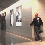 空港で足止めを食らったオッサンが暇つぶしにiPhoneで作ったミュージックビデオが素晴らしい