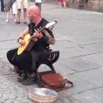見た目とのギャップが激しすぎる「イイ声」で歌うギターの弾き語り