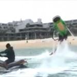 ガチャピンが水圧で空を飛び回る「フライボード」に挑戦