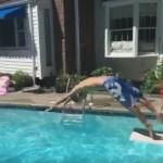 プールに飛び込む子供を手で掴んだと思ったら…?