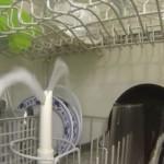 自動食器洗い機が内部でどのように動いているのか防水カメラで撮影