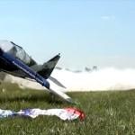 高度ほぼゼロから翼でフラグを拾い上げる航空機のスーパーテクニック