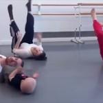 一生懸命マネしながら大人と一緒にモダンダンスをする赤ちゃん