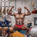 【ムキムキ】複数の楽器を筋肉で奏でるマッチョマン