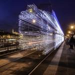 ワープして別世界に行けそうな錯覚に陥る 光に包まれた路面電車