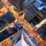 スパイダーマンの視点 ビルの上から見るニューヨークの街並み