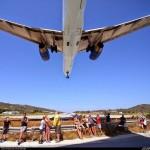 【迫力に圧倒】着陸する航空機に手が届きそうな「スキアトス空港」