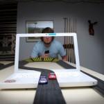 パソコンのモニターと現実の世界が融合した不思議なトリックアート