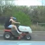芝刈り機に大量のショッピングカートを連結して酔っぱらい運転