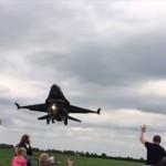 大迫力! 地上スレスレを飛ぶF16が観客をノックダウン