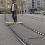 よくもまぁこんなこと考えつくわ 路面電車のレールを拝借して街中の移動を楽チンに
