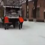 ロシア流移動術 清掃車に掴まって雪道を滑る作業員