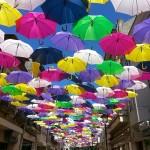 見上げれば一面の傘 カラフルな傘で埋め尽くされたポルトガルのストリート