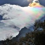 光が生み出した偶然 虹色に彩られた雲「彩雲」