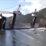 ダイナミック! 積荷の下ろし方が豪快過ぎるロシアの貨物船