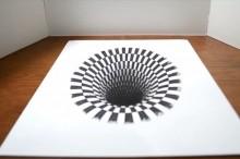 見つめていると吸い込まれそうになる… フリーハンドで描かれた平面の「穴」