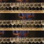 「パイレーツ・オブ・カリビアン」のテーマ曲を水を入れたワイングラスで演奏