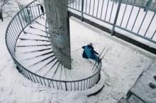 絶妙なバランス感覚が成せる技 スキーで螺旋階段の手すりを滑る!!