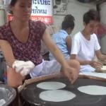 こうやってタイの食が支えられているのです 機械並みのスピードでライスペーパーを焼きまくるおばちゃん