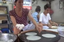 こうやってタイの食が支えられているのです 機械並みのスピードでライスペーパーを焼きまくる屋台のおばちゃん