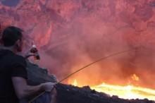 煮えたぎる溶岩 火口に釣り糸を垂らしていったい何を釣るのか?