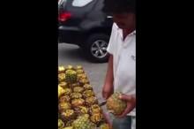 淡々と剥き続ける パイナップルを綺麗に向く屋台のおじさん001