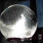 美しも脆い氷の玉 極寒の中でシャボン玉を膨らませてみた