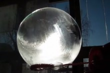 美しも脆い氷の玉 極寒の中でシャボン玉を膨らませてみた001