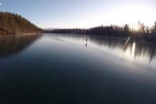わんちゃんの力でスイスイ進む! 凍った湖で犬に引っ張ってもらのが楽しそう