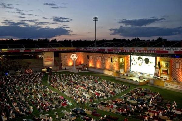 ドイツ人がスタジアムにソファを持ち込んでみんなで楽しくW杯を観戦